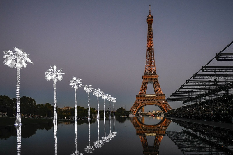 Như một con sông chảy giữa lòng Paris với hình ảnh tòa tháp Eiffel phản chiếu dưới mặt nước, cùng ánh đèn điện lung linh gây ấn tượng cho khách mời.