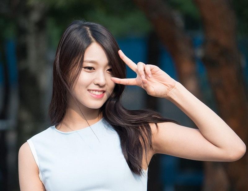 Phía sau ánh đèn sân khấu, Seolhyun lại trở về là cô gái 23 tuổi thân thiện, đáng yêu.