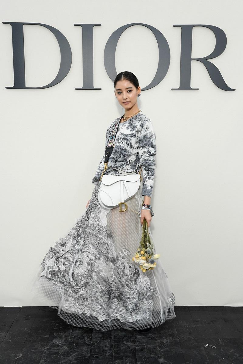 """Nữ diễn viên Nhật Bản - Yoko Araki nền nã với bộ váy in hoa chìm nổi, với phần tùng váy phối nhiều lớp ren, thêu đẹp mắt và mẫu túi yên ngựa """"gây sốt"""" trong thời gian gần đây."""