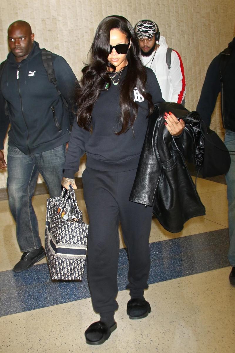 """Rihanna xuất hiện tại sân bay JFK ở New York trước khi ra mắt BST đầu tiên của dòng sản phẩm nội y Savage x Fenty trong khuôn khổ Tuần lễ Thời trang New York. Cô chọn trang phục """"all black"""" cùng phiên bản áo sweater mang logo mới của Burberry."""