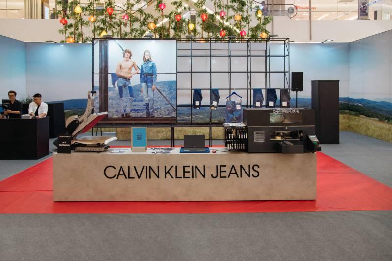 Cửa hàng pop-up của Calvin Klein Jeans tại sảnh TTTM Saigon Centre.
