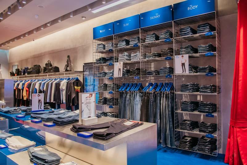 Không gian cửa hàng Calvin Klein Jeans tại TTTM Saigon Centre.