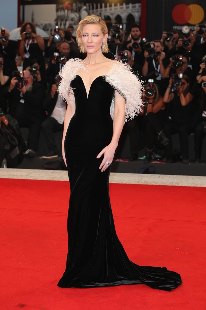 """Cate Blanchett xuất hiện trong đêm công chiếu """"A Star Is Born"""" trong thiết kế đầm đen được tô điểm bằng lông đà điểu sang trọng từ thương hiệu Armani Prive."""