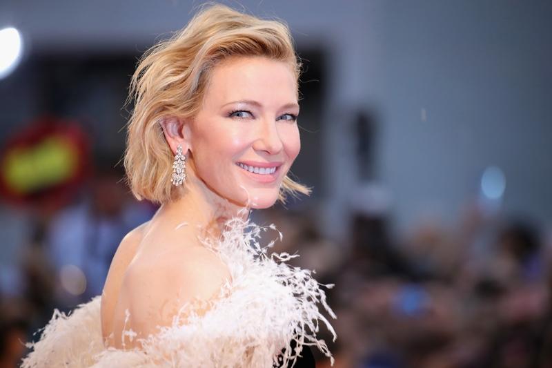 Vẻ sang trọng quý tộc của Cate Blanchett được tô điểm bởi đôi khuyên tai dáng thả bằng vàng trắng 18k đính kim cương từ BST trang sức cao cấp.