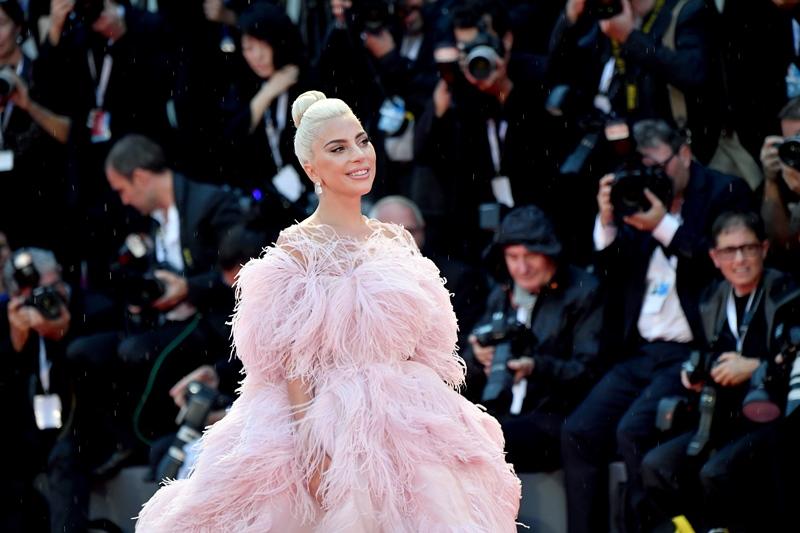 """Nữ diễn viên chính của """"A Star Is Born"""" Lady Gaga làm say đắm lòng người hâm mộ với thiết kế đầm couture của Valentino."""