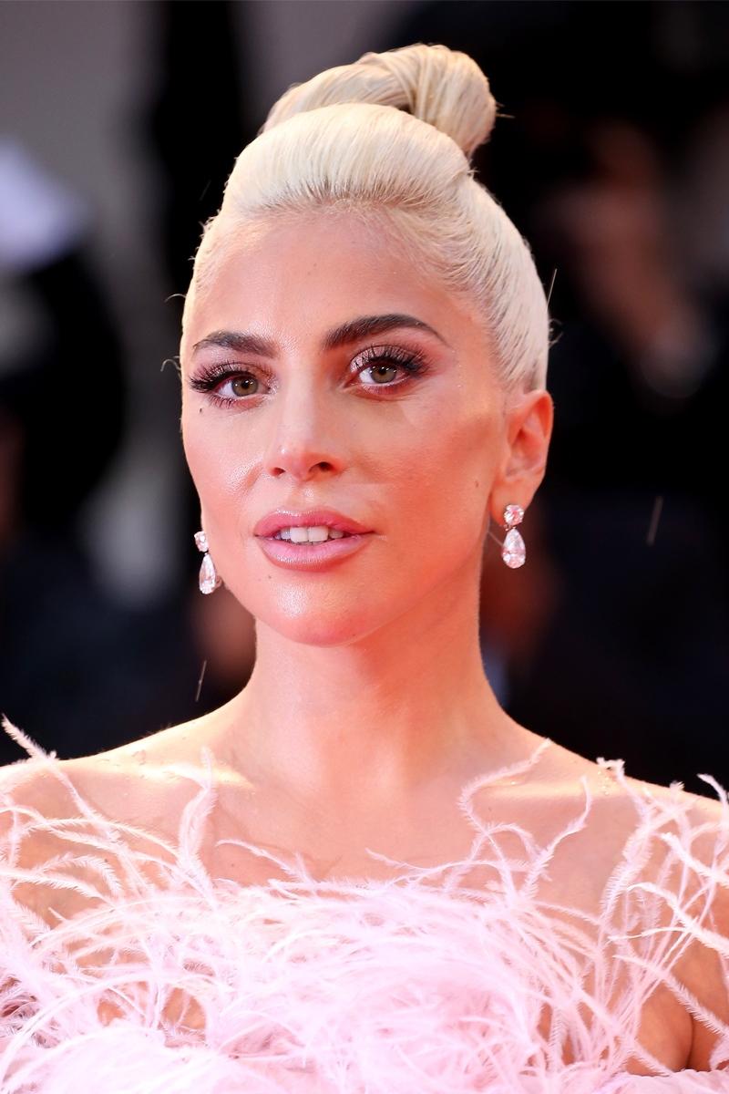 Cô đeo khuyên tai kim cương hình cắt quả lê của Chopard, một món nữ trang vừa đủ để tô điểm cho vẻ lộng lẫy của Lady Gaga.
