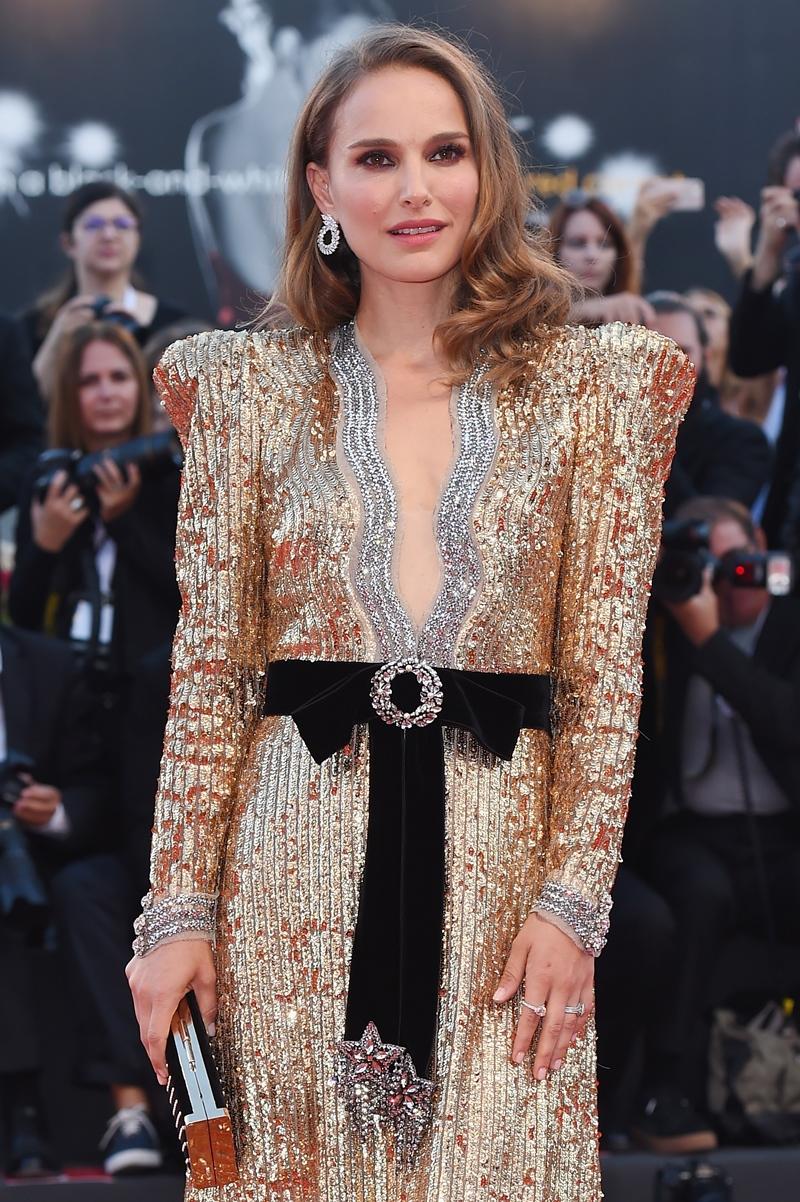 Cô mặc trang phục của nhà mốt Gucci, một sự thay đổi mới mẻ vì Natalie Portman thường mặc trang phục của Dior cho những dịp đặc biệt như thế này.