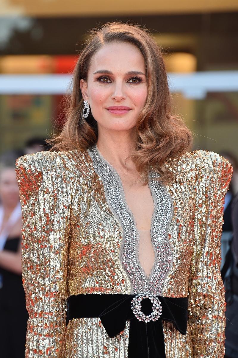 Natalie Portman đeo đôi khuyên tai từ BST Green Carpet.