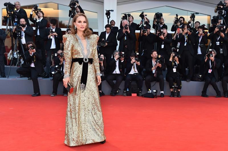 """Nữ diễn viên Natalie Portman xuất hiện trên thảm đỏ LHP Venice lần thứ 75 trong đêm công chiếu phim """"Vox Lux""""."""