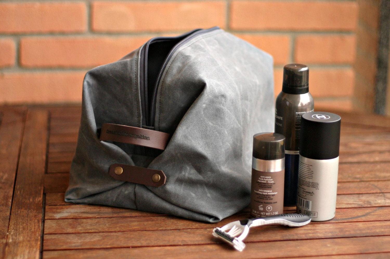 Người yêu có thể không có, nhưng túi đựng mỹ phẩm du lịch thì không thể thiếu nhé các chàng!