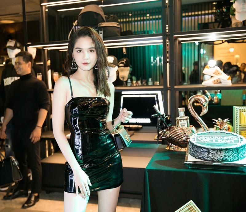 """Ngọc Trinh """"nóng bỏng"""" trong thiết kế đầm latex đen dự tiệc của DSquared2"""
