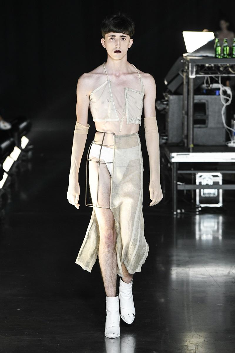 Người mẫu nam trong thiết kế phi giới tính cùng tùng váy nửa làm từ vải linen mỏng manh, nửa làm từ kim loại.
