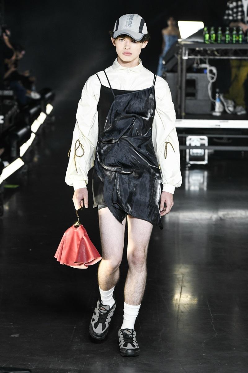 Thiết kế váy yếm kết hợp áo sơ-mi tay phồng dành cho người mẫu nam.