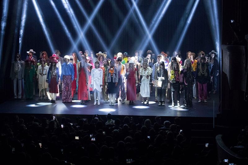 Những người mẫu trên sân khấu catwalk trong không gian nhà hát Théâtre La Palace ở Paris.