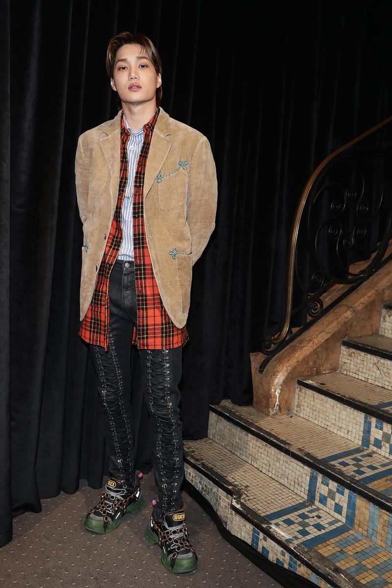 Sau lần đầu tiên xuất hiện trên hàng ghế đầu show Gucci Resort 2019, Kai trở lại với phong cách thời trang cá tính trên hàng ghế đầu show Xuân Hè 2019 của Gucci.