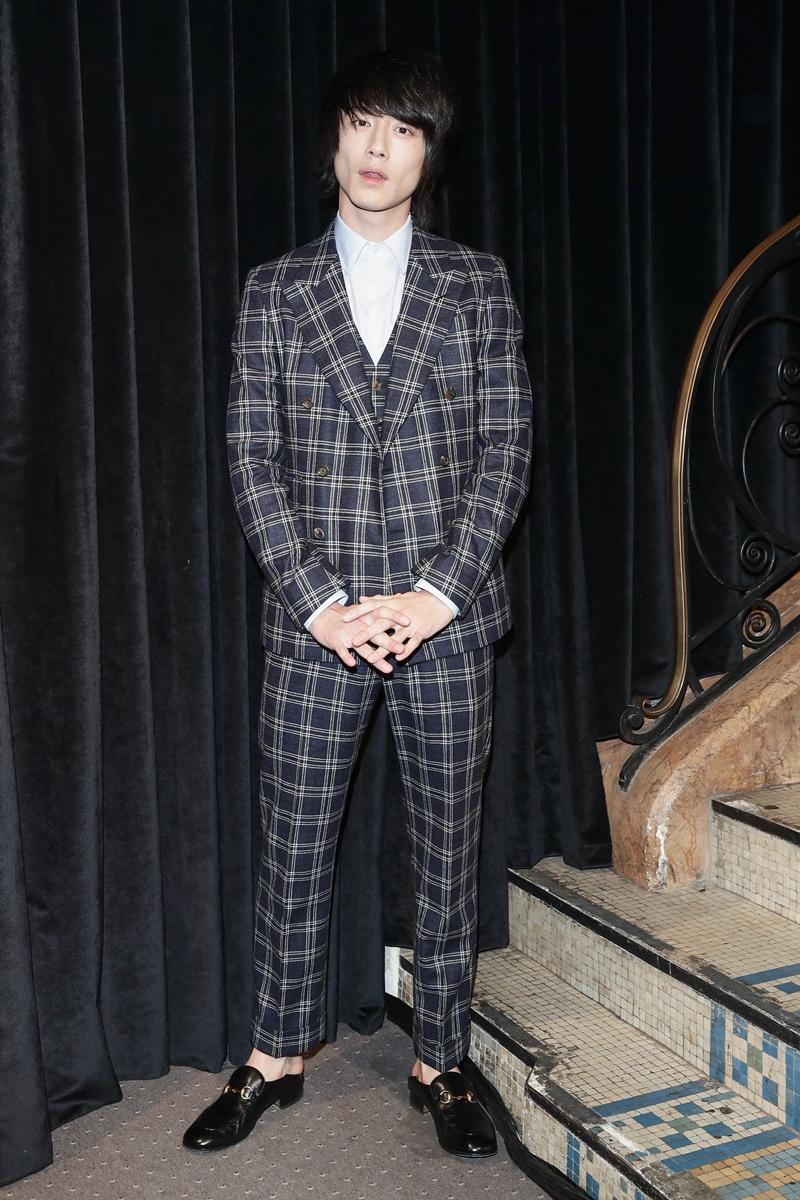 Diễn viên Nhật Bản Kentaro Sagakuchi xuất hiện trong bộ suit kẻ ca rô lịch lãm.