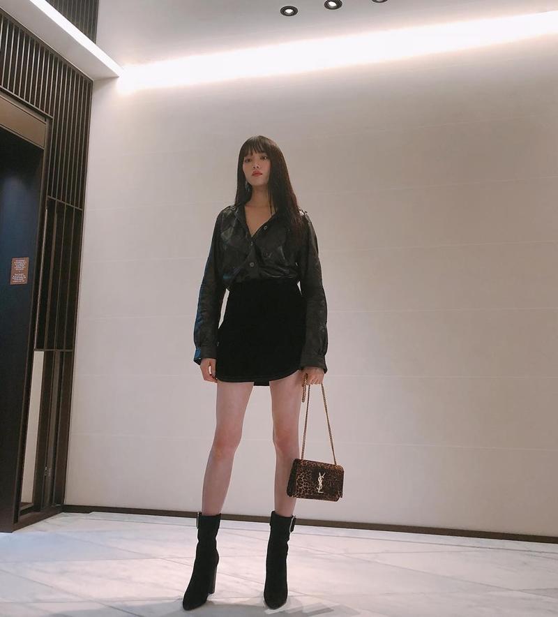 Diễn viên Lee Sung Kyung thả dáng với váy ngắn cùng sơ-mi da cá tính.