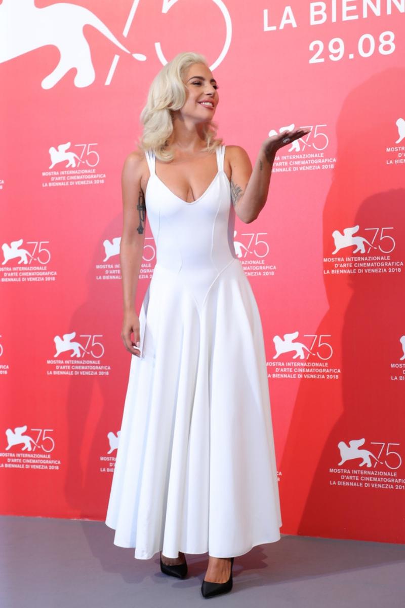 """Lady Gaga trong buổi chụp hình và họp báo trước ngày ra mắt phim """"A Star Is Born"""". Đây là một thiết kế vintage của NTK Azzedine Alaia và được kết hợp cùng giày cao gót Romy của Jimmy Choo."""