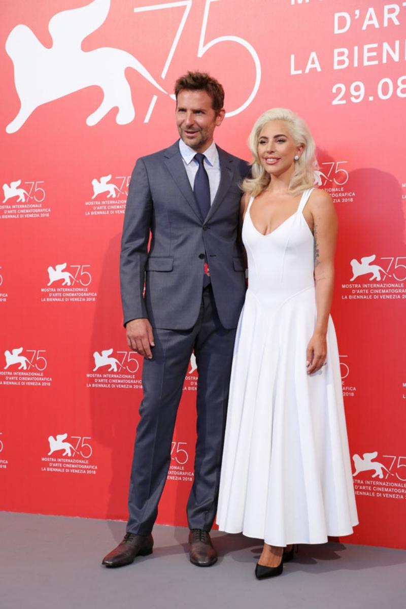 Bradley Cooper lịch lãm trong suit của Prada bên cạnh bạn diễn của mình.