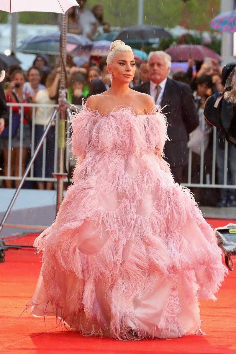 Lady Gaga tỏa sắc trong thiết kế đầm couture đính kỳ công của nhà mốt Valentino.