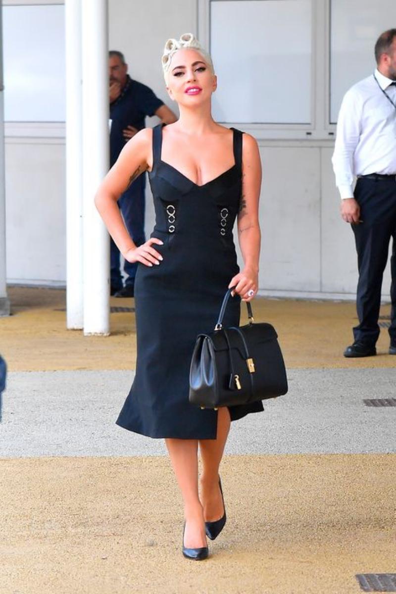"""Ngay cả khi sang Venice cho sự kiện công chiếu phim """"A Star Is Born"""", chiếc túi xách vẫn đồng hành cùng cô. Trong hình cô mặc đầm ôm của Jonathan Simkhai."""