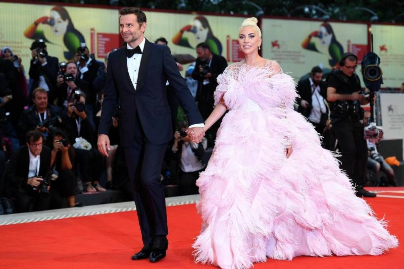 """Bradley Cooper lịch lãm sánh bước cùng Lady Gaga trong thiết kế suit """"hàng thửa"""" của Gucci."""