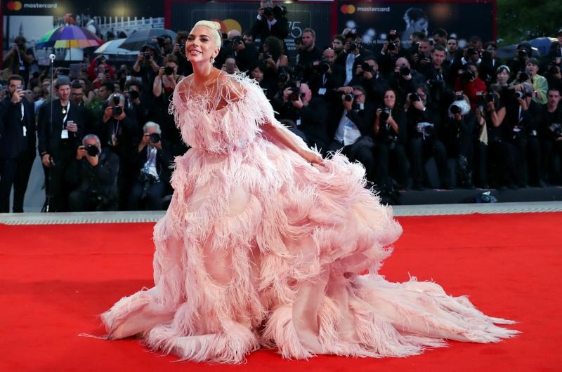 """Đã lâu rồi mọi người mới được """"mãn nhãn"""" bởi trang phục thảm đỏ của Lady Gaga - người vốn gắn liền với các thiết kế """"quái chiêu"""" trước kia."""