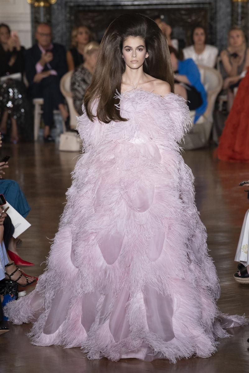 Thiết kế đầm Lady Gaga mặc từng được trình diễn bởi Kaia Gerber trong show ra mắt BST Haute Couture Thu Đông 2018 của Valentino.
