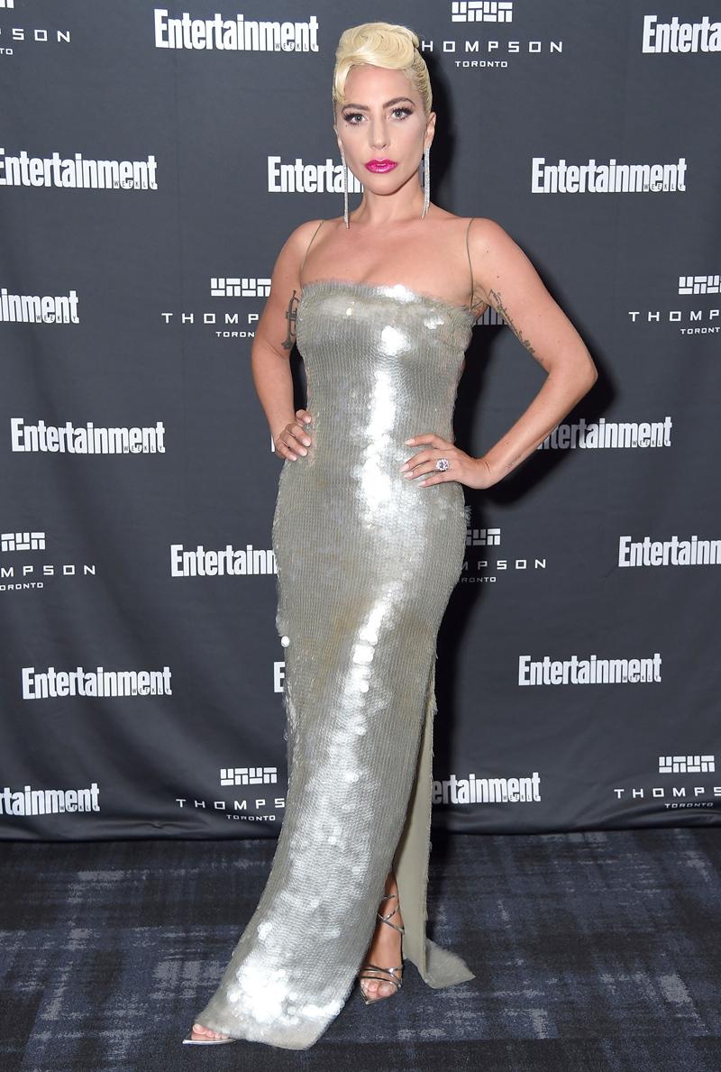 Tham dự buổi tiệc Must List của Entertainment Weekly, Lady Gaga chọn mặc một thiết kế couture khác cũng của Armani Privé đính những hạt sequin lấp lánh.