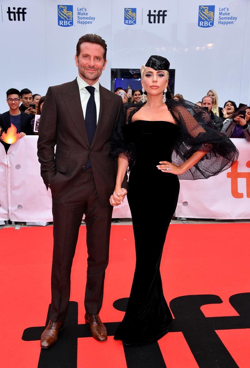 Nam tài tử Bradley Cooper bảnh bao trong suit nắm tay Lady Gaga trên thảm đỏ.