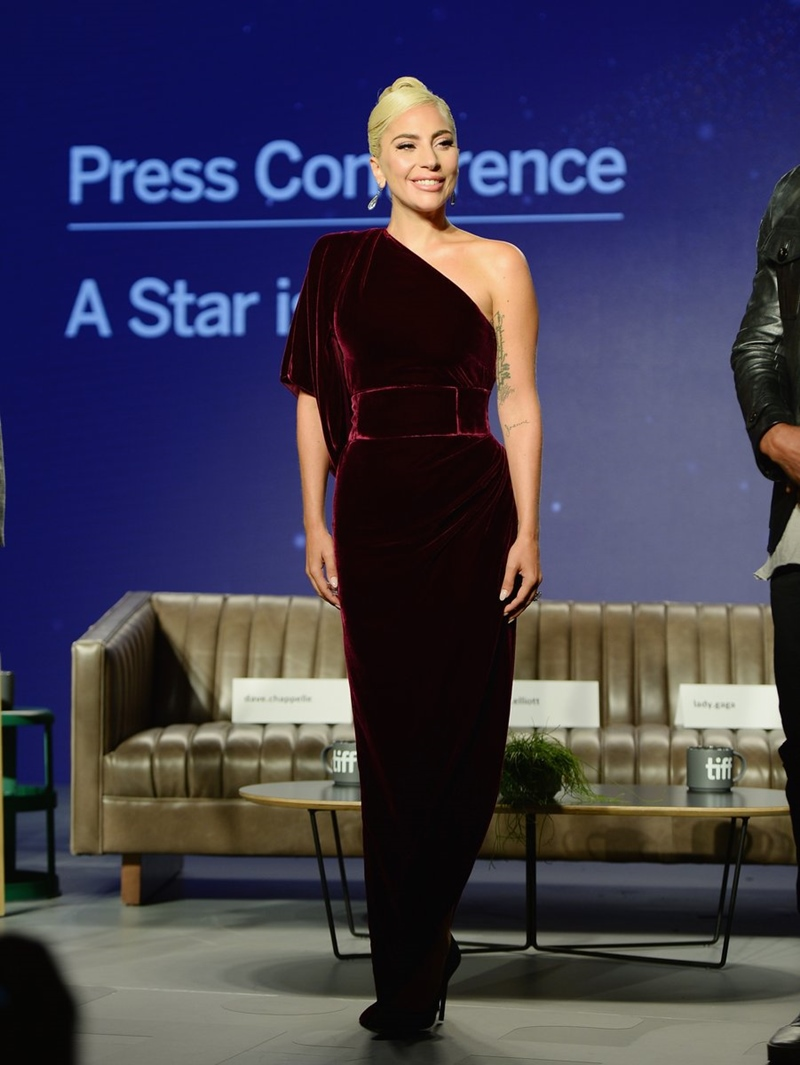 """Trước đó, Lady Gaga tham dự buổi họp báo phim """"A Star is Born"""" trong thiết kế của Ralph&Russo."""