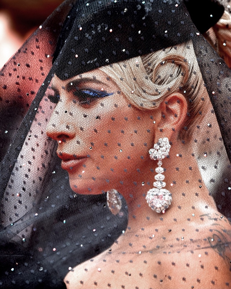 Cô phối cùng với trang sức cao cấp từ thương hiệu Chopard.