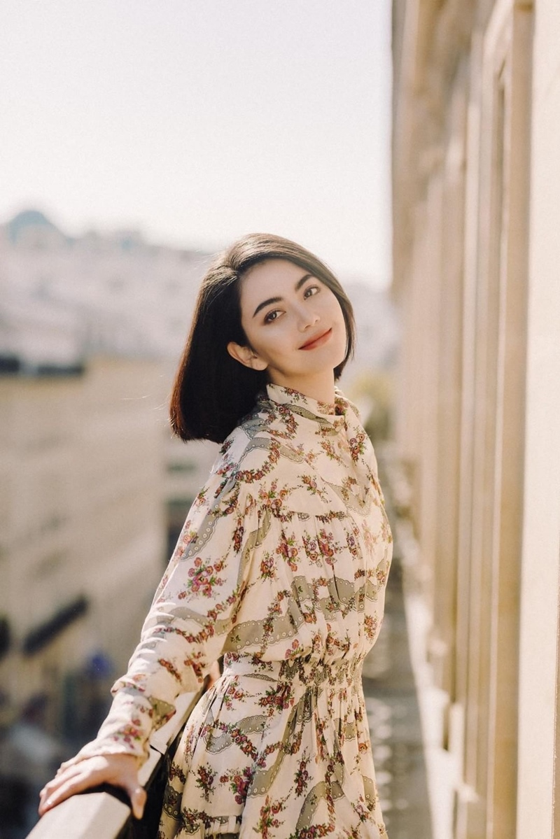 """""""Ma nữ"""" Mai Davika rạng rỡ trong ánh nắng mùa thu ở Paris."""