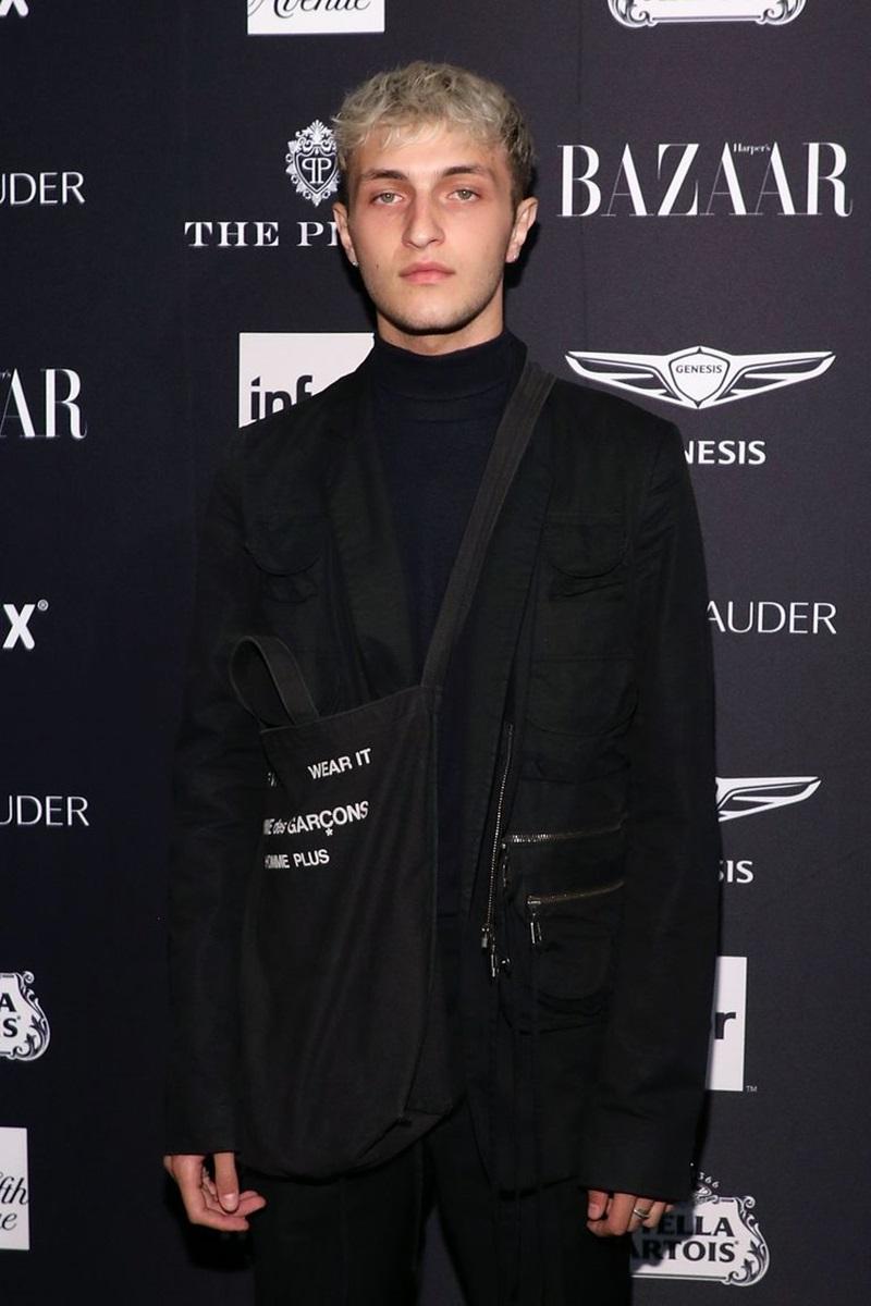 """Anwar Hadid cũng góp mặt tại sự kiện này trong bộ trang phục """"nguyên cây đen"""" với phong cách phối layers và phụ kiện là chiếc túi tote đeo chéo."""