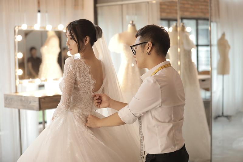Riêng đối với chiếc váy đặc biệt nhất, có độ phồng nhất của Nhã Phương, nhiều người cho rằng sẽ khó khăn khi di chuyển, thế nhưng Chung Thanh Phong cho biết anh đã xử lý bằng 30 lớp vải khác nhau, toàn bộ đều là vải voan nhập khẩu từ Hàn Quốc, mang đến độ bồng bềnh lớn nhưng vẫn nhẹ nhàng, thoải mái cho cô dâu.