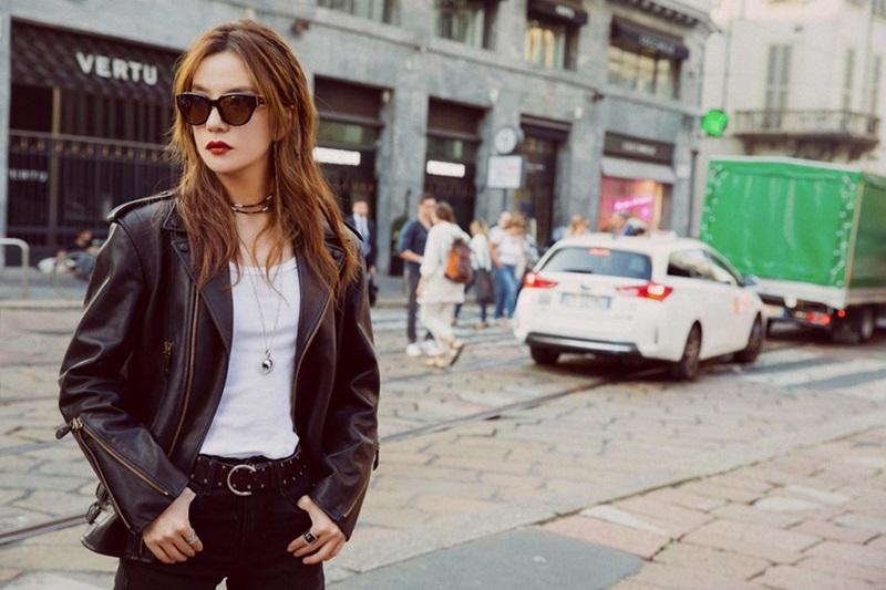 """Hay phong cách """"cool ngầu"""" cùng áo jacket da phối cùng áo thun trắng."""