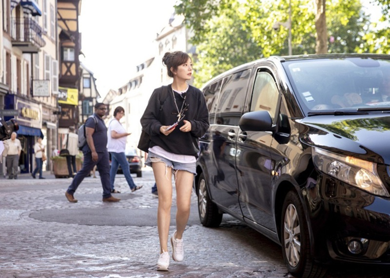 """Ngay cả phong cách dạo phố sành điệu và """"chất chơi"""" của Triệu Vy cũng khiến người khác ngỡ ngàng, không tin rằng nữ diễn viên đã bước qua ngưỡng tuổi tứ tuần."""
