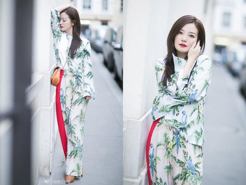 """Nữ diễn viên """"Hoàn Châu cách cách"""" cũng không kém phần nữ tính khi xuất hiện cùng những thiết kế in hoa, ôm dáng."""