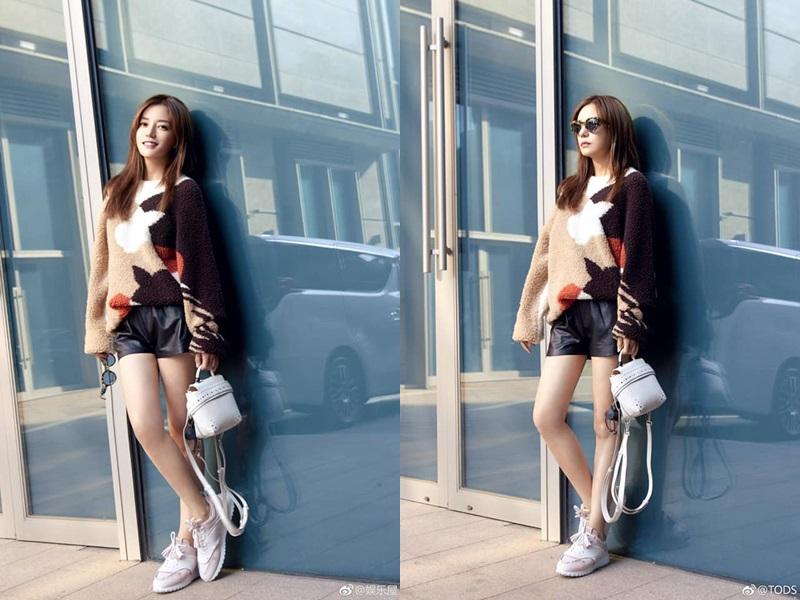 Mới đây, Triệu Vy còn được bắt gặp tại Tuần lễ Thời trang Milan Xuân Hè 2019 với trang phục street style cá tính vừa phóng khoáng vừa sang trọng.