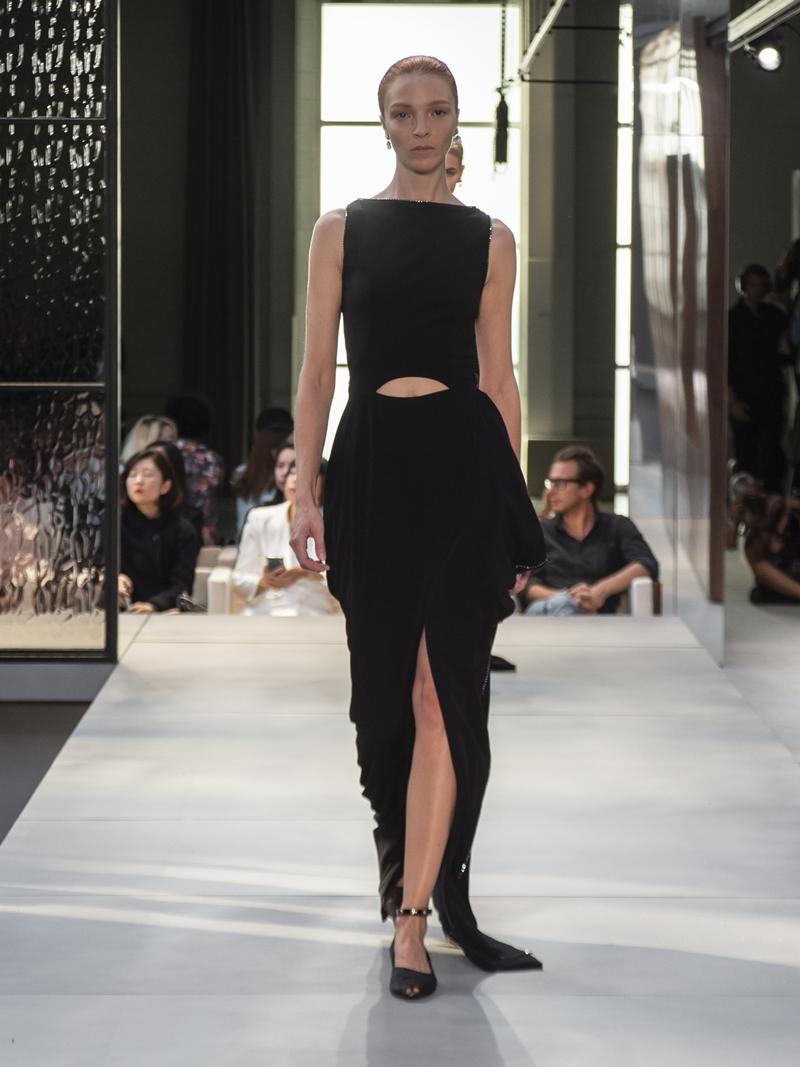 Chân dài người Ý Mariacarla Boscono là nàng thơ quen thuộc của NTK Riccardo Tisci. Cô là gương mặt thường xuyên xuất hiện trong các show diễn của Givenchy dưới thời NTK Riccardo Tisci và không lấy làm lạ khi cô cũng xuất hiện trong show diễn đầu tiên của anh cho thương hiệu Burberry.