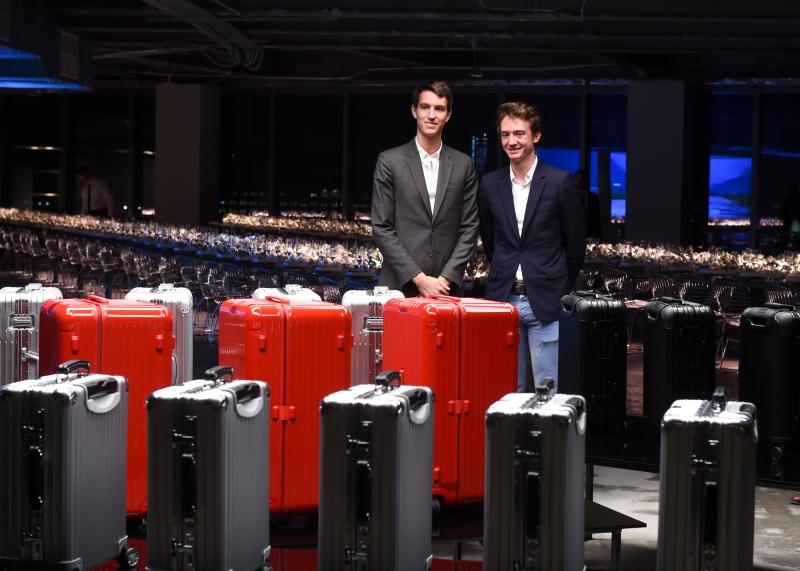 Ông Alexandre Arnault (trái) - CEO trẻ tuổi của RIMOWA và em trai Frederic Arnault tại buổi tiệc của RIMOWA. Cả hai đều xuất thân từ gia đình Arnault danh giá, sở hữu tập đoàn LVMH.