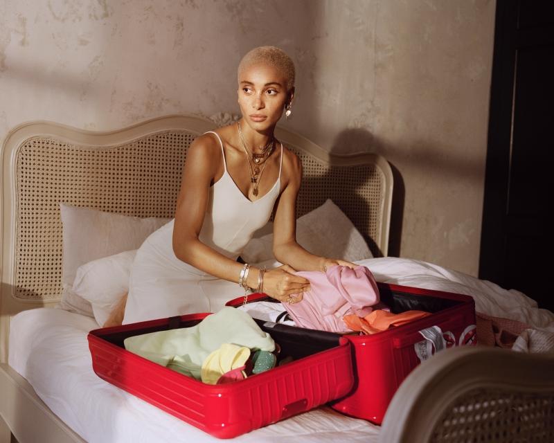 Hình ảnh Adwoa Aboah vô cùng trẻ trung, hiện đại trong chiến dịch quảng cáo toàn cầu đầu tiên của RIMOWA.