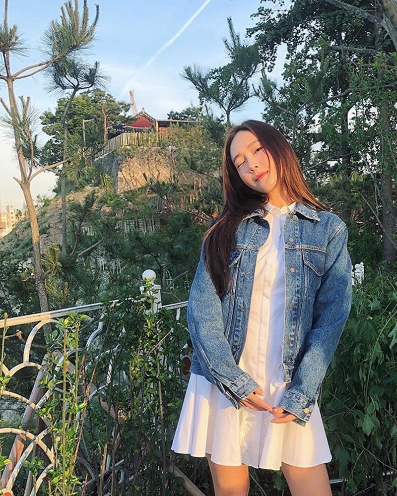 Kiểu jacket chất liệu denim của Jessica Jung được phối với váy trắng đơn giản, kết hợp kiểu tóc thẳng tạo nên vẻ đẹp rất tự nhiên, dễ gần.