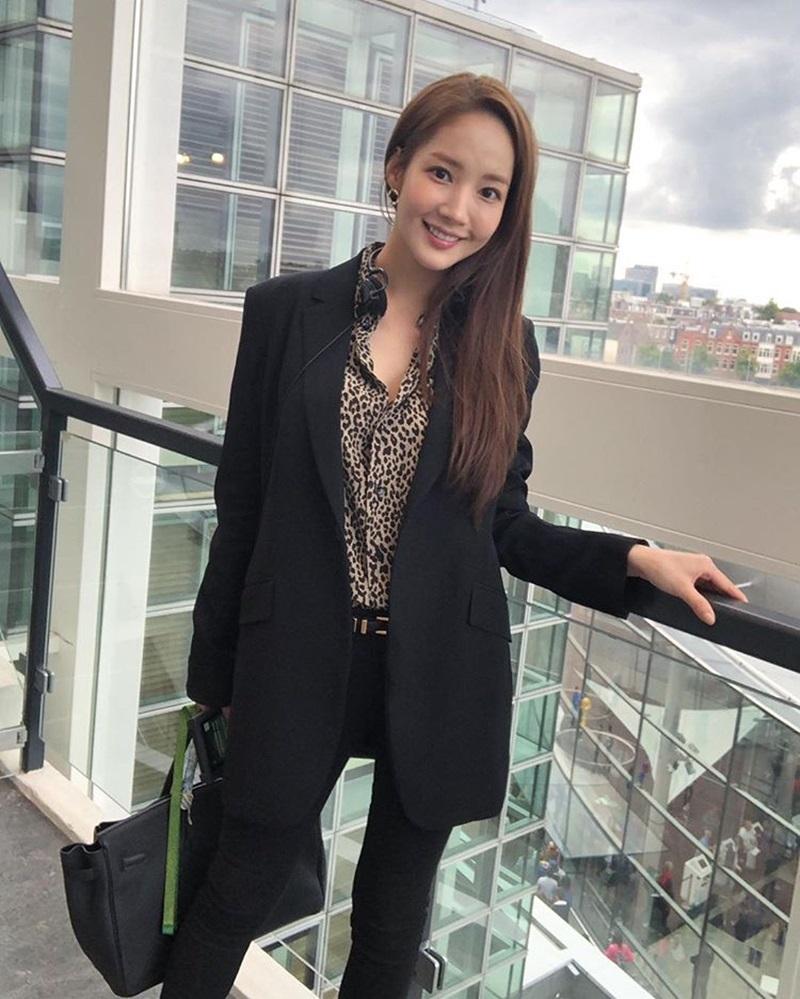 """Nàng """"Thư Ký Kim"""" Park Min Young cũng sở hữu một chiếc áo sơ-mi da báo nhưng được diện theo phong cách menswear đầy mạnh mẽ."""