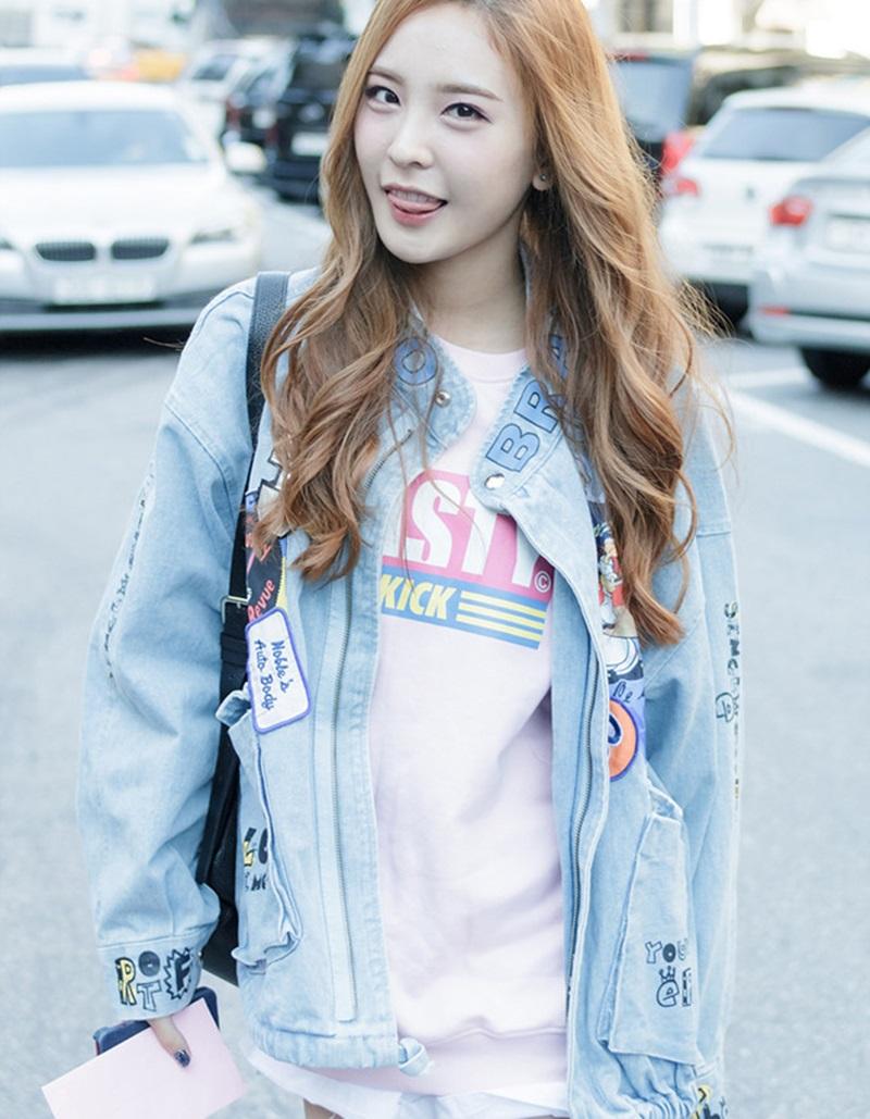 Nahyun (Sonamoo) nổi bật cùng áo khoác jeans tông màu sáng, đính sticker đủ màu sắc.