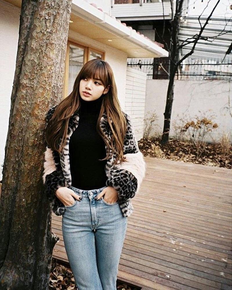 Cũng với áo khoác họa tiết da báo nhưng Lisa (Blackpink) lại trông ngầu và cá tính hơn với kiểu áo cổ lọ sơ-vin cùng quần jeans.