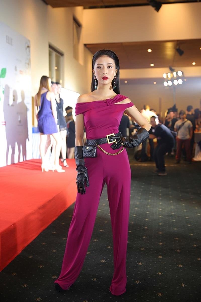 """Trước đó, Quỳnh Anh Shyn cũng đã mang phong cách đeo găng tay da lên thảm đỏ nhưng với một thiết kế jumpsuit năng động và thắt lưng cùng túi đeo hông rất """"hầm hố""""."""
