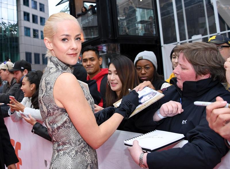 """Nữ diễn viên Jena Malone xuất hiện tại buổi công chiếu phim """"The Public"""" tại thảm đỏ Liên hoan phim Quốc tế Toronto. Cô diện một mẫu đầm họa tiết da trăn của NTK Emilia Wickstead và đeo đôi găng tay màu đen. Tuy vẫn giữ nét sang trọng của bộ trang phục nhưng có vẻ đôi găng tay vô tình khiến tổng thể mất đi nét thanh thoát và trông rườm rà, không cần thiết."""