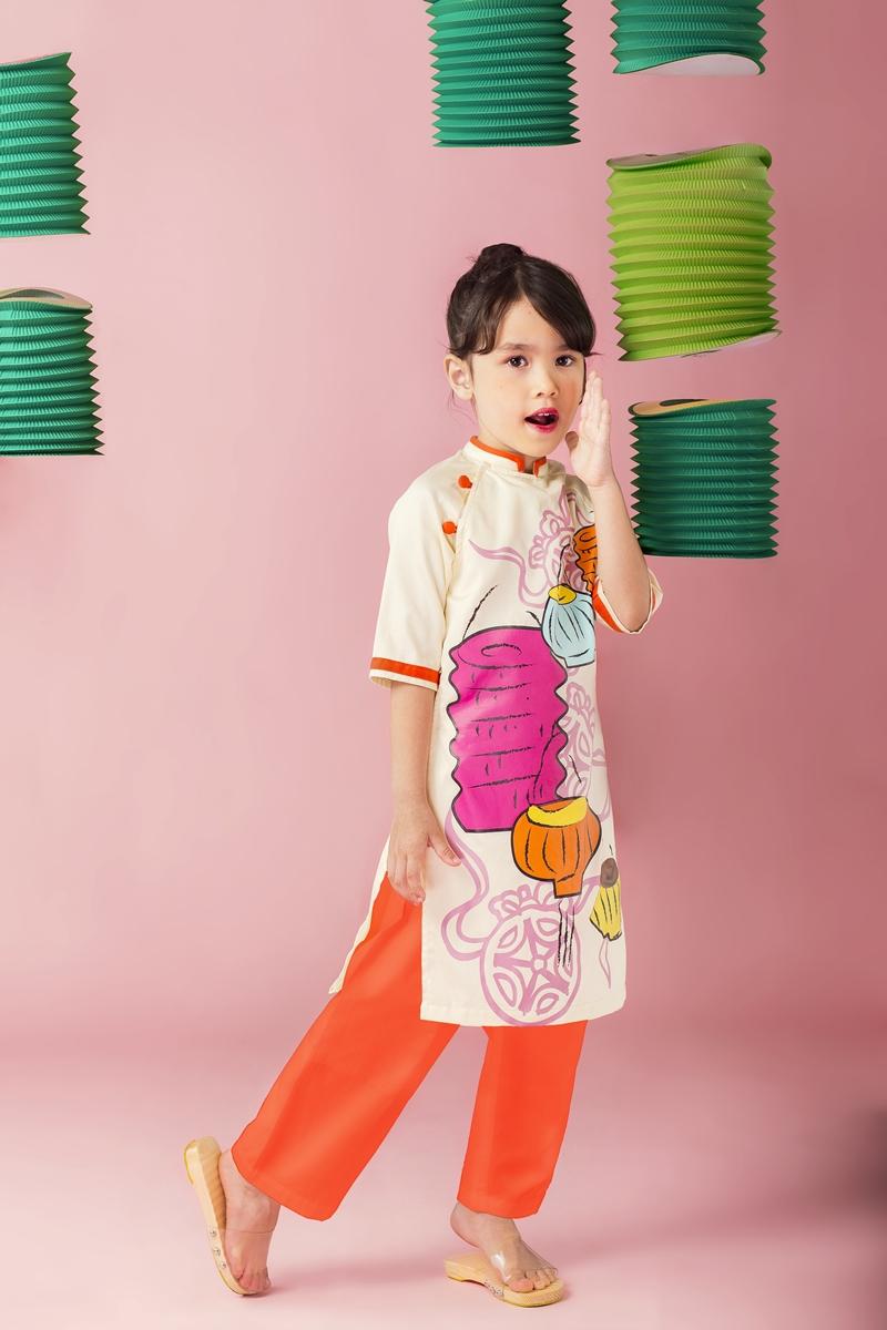 So với các thương hiệu nổi tiếng thế giới, Skabellađược phần đông khách hàng đánh giá có chất lượng không hề kém cạnh. Sweety Love luôn đặt tính an toàn và tiện dụng lên hàng đầu. Chất liệu vải được nhập khẩu, chọn lựa kĩ càng để mang lại sự thoải mái cho trẻ em. Đặc biệt, 100 % trang phục của thương hiệu không dùng khóa kéo.