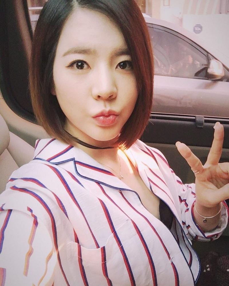 """Song mỗi khi rời xa hình tượng lạnh lùng, người đẹp 29 tuổi trở thành """"bậc thầy aegyo (những cử chỉ đáng yêu)"""" của Kpop."""